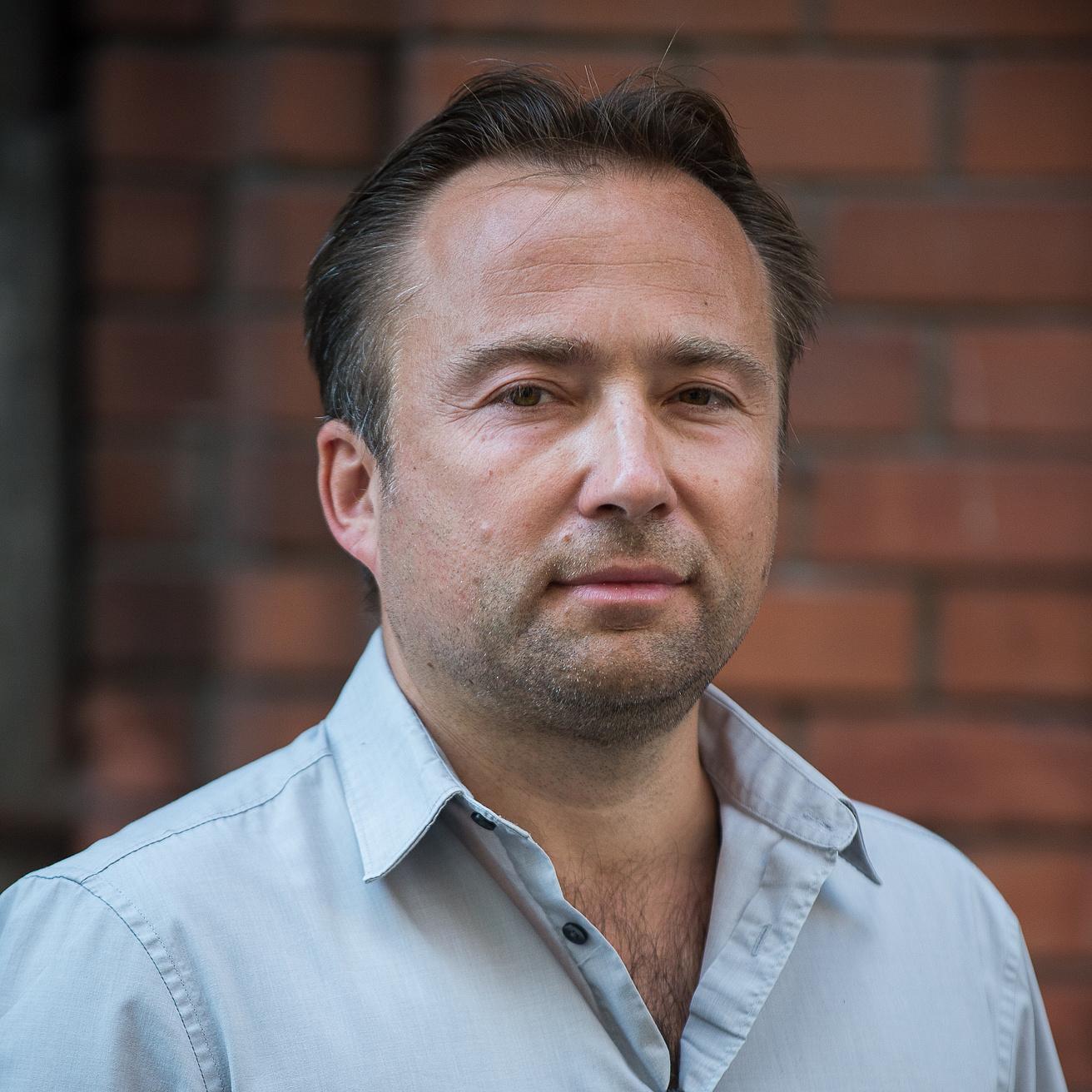Aki tévésorozatot írt a rendszerváltás tabutémáiról – Tasnádi István